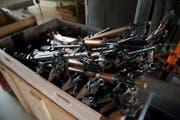 Abgegebe Waffen, fotografiert an der Waffengabe in St. Gallen, am Samstag, 25. Mai 2013. Die Kantonspolizei St. Gallen fuehrt zwischen Ende April und Mitte Juni fuenf Waffensammlungen durch, um einen Beitrag zur Sicherheit der Buerger zu leisten, wie sie mitteilt. (KEYSTONE/Gian Ehrenzeller)