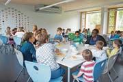 Für die Mittagstische, wie hier in Oberwil, bestehen teils Wartelisten. (Bild: Maria Schmid (7. September 2017))