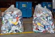 Pet- und Plastikflaschen stehen im Ökihof Emmenbrücke zum Entsorgen bereit (Bild: Boris Bürgisser, 22. Mai 2015)