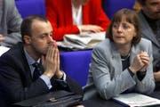 Einst waren sie Wegbegleiter, später wurden sie zu Rivalen: Friedrich Merz und Angela Merkel bei einer Debatte im Berliner Reichstag vor 18 Jahren. (Bild: Fritz Reiss/AP, 17. Februar 2000)