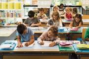 Fächerübergreifendes Arbeiten ist in der Volksschule bedeutsamer geworden, trägt aber auch zu den Kosten bei. (Bild: Christian Beutler/KEY)