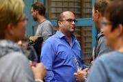 Raphael Rechsteiner diskutiert mit Besuchern des Podiums.