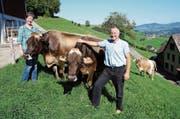 Karin und Josef Knellwolf haben Freude an ihren Kühen Adona (links) und Alpina. (Bild: Martin Brunner)