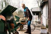 Ein Zivildienstangehöriger beim Sägen von Holz im Landschaftswerk Biel-Seeland. (Bild: Christian Beutler/Keystone (Orpund, 9. Dezember 2018))