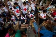 Freiwillige Helfer des mexikanischen Roten Kreuzes behandeln die geschundenen Füsse von Migranten aus Zentralamerika. (Bild: Rebecca Blackwell/AP (Arriaga, 26. Oktober 2018))