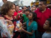 Freiwillige versorgen im mexikanischen Ort Tapanatepec Migranten mit Nahrungsmitteln. (Foto:Rodrigo Abd/AP) (Bild: KEYSTONE/AP/RODRIGO ABD)