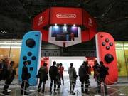 Der japanische Spiele-Hersteller Nintendo verkauft im jüngsten Geschäftsquartal rund 3,2 Millionen Switch-Konsolen. (Bild: KEYSTONE/AP/KOJI SASAHARA)