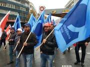 Im Wallis haben rund 400 Bauarbeiter am landesweit organisierten Protest gegen die Verschlechterung ihrer Arbeitsbedingungen teilgenommen, die durch den neuen Landesmantelvertrag droht. (Bild: Pierre Berclaz)