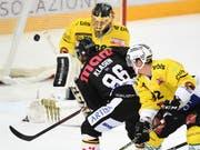Luganos Linus Klasen bezwingt Leonardo Genoni und erzielt den Treffer zum 3:2 (Bild: KEYSTONE/TI-PRESS/GABRIELE PUTZU)