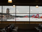 Die Fluggesellschaft Swiss macht im dritten Quartal mehr Umsatz, aber weniger Gewinn. (Bild: KEYSTONE/CHRISTIAN BEUTLER)