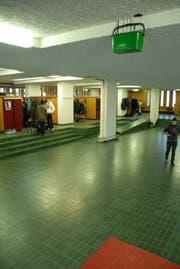 Da das Dach leckte, musste im November 2012 ein Kessel im Eingangsbereich der Kanti Wattwil aufgehängt werden. (Bild: Hansruedi Kugler)
