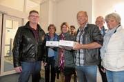 Mark Ullmer übergibt Herbert Fischer von der Staatskanzlei (links) die Kiste mit den Unterschriften. (Bild: Charly Keiser (Zug, 30. Oktober 2018))
