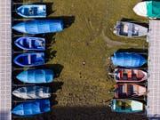 Gestrandete Boote im ausgetrockneten Lac des Brenets im Neuenburger Jura. Der Oktober 2018 war trotz des grossen Regens am Ende extrem warm und trocken. In der Romandie fielen nur 20 bis 30 Prozent des üblichen Oktoberniederschlags. (Bild: KEYSTONE/ANTHONY ANEX)