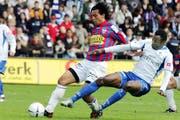 Der letzte Vergleich zwischen dem FCL (Edmond N'Tiamoah in Blau-Weiss) und dem FC Chiasso fand 2006 in der Challenge League statt - Luzern gewann zu Hause 2:1. (Bild: Beat Blättler/Luzerner Zeitung (Luzern, 23. APRIL 2006))