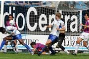 FCL-Stürmer Edmond N'Tiamoah (links) erzielt im letzten Pflichtspiel gegen den FC Chiasso im April 2006 die 1:0-Führung, am Ende gewann das spätere Luzerner Super-League-Aufstiegsteam von Trainer René van Eck 2:1. (Bild: Beat Blättler/Luzerner Zeitung (Luzern, 23. April 2006))