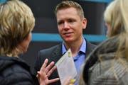 Thomas Schnyder im Gespräch mit der Bevölkerung.