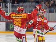 Jason Fuchs (rechts) und Damien Brunner feiern den Treffer zum 5:0 (Bild: KEYSTONE/DANIEL TEUSCHER)