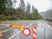 Kein Durchkommen: Ein umgestürzter Baum blockiert die Zufahrtstrasse zum Bahnhof in Airolo TI. (Bild: KEYSTONE/TI-PRESS/LUCA CRIVELLI)