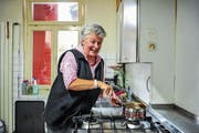 Das Lachen ist ihr nicht vergangen: Wirtin Bernadette Ackermann in der Küche ihres Restaurants Sonne. (Bild: Olaf Kühne)