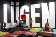 Besucher können sich im Museum mit einem Lügendetektor gegenseitig testen. (Bild: PD)