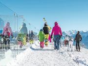 Ab auf die Ski: an vielen Orten kann die Saisonkarte vergünstigt gekauft werden. Bild: Leo Duperrex/Keystone (Crans-Montana, 6.Januar 2017)