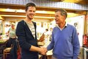 Preisträger Daniel Lenz nimmt die Gratulationen von Hanspeter Gantenbein, Präsident des Waldvereins Wuppenau, entgegen. (Bild: Monika Wick)