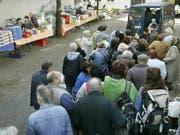Bedürftige Menschen stehen beim gemeinnützigen Verein «Münchner Tafel» Schlange und warten auf die Verteilung kostenloser Lebensmittel. Über 15 Millionen Menschen in Deutschland leben an der Armutsgrenze. (Bild: KEYSTONE/AP/DIETHER ENDLICHER)