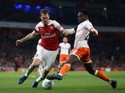 Stephan Lichtsteiner im Duell mit Blackpools Mark Bola: Der Schweizer traf in der 33. Minute zum 1:0 (Bild: KEYSTONE/AP PA/NIGEL FRENCH)