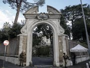 Der Eingang zum Gelände der diplomatischen Vertretung des Vatikans in Rom - bei Restaurierungsarbeiten in einem Nebengebäude wurden Teile menschlicher Knochen gefunden. (Bild: KEYSTONE/EPA ANSA/FABIO FRUSTACI)
