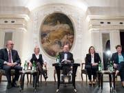 Die CVP-Bundesratskandidierenden präsentieren sich. Von links: Peter Hegglin, Elisabeth Schneider-Schneiter, Moderator Claude Longchamp, Heidi Z'graggen, Viola Amherd. (Bild: KEYSTONE/PETER SCHNEIDER)