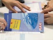 Die Regionalen Arbeitsvermittlungszentren (RAV) müssen über freie Stellen in Berufen mit hoher Arbeitslosigkeit vorab informiert werden. Der Bundesrat will die Kantone bei den Kontrollen, ob die Meldepflicht eingehalten wird, finanziell unterstützen. (Bild: KEYSTONE/GAETAN BALLY)