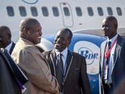 Der südsudanesische Rebellenführer Riek Machar (l.) wird nach zwei Jahren im Exil bei der Rückkehr in sein Heimatland begrüsst. (Bild: KEYSTONE/AP/BULLEN CHOL)