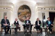 Die CVP-Bundesratskandidaten (v.l.) Peter Hegglin, Elisabeth Schneider-Schneiter, Heidi Z'Graggen und Viola Amherd. In der Mitte Moderator Claude Longchamp. (KEYSTONE/Peter Schneider)