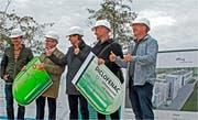 Marco Sonderegger, Fredi Widmer, Peter Jans, Andreas Balg und Roland Boller (von links) zeigen, was im Neubau millionenfach erfolgen wird: Moleküle im Abwasser aufspalten. (Bild: Fritz Bichsel)