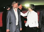 Nach der Freilassung wurde Max Göldi von der damaligen Bundesrätin Micheline Calmy-Rey am Flughafen Zürich empfangen. Bild: Steffen Schmidt/Keystone (Kloten, 14. Juni 2010)