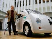 Die Autos des Roboterwagen-Entwicklers Waymo dürfen in Kalifornien künftig «blind», also ohne Sicherheitsfahrer an Bord, auf die Strasse. (Bild: KEYSTONE/AP/ERIC RISBERG)