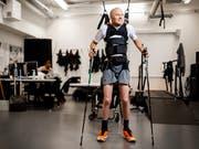 Der Schweizer Paraplegiker Sebastian Tobler kann dank Elektrostimulation, Training und mit Stützen wieder eigene Schritte tun. (Bild: KEYSTONE/VALENTIN FLAURAUD)