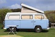 Nicht nur moderne Wohnmobile, auch ältere Modelle wie der abgebildete VB-Bus sind bei gewissen Campern immer noch sehr beliebt. (Bild: Tagblatt-Archiv - 16. Juni 2013)