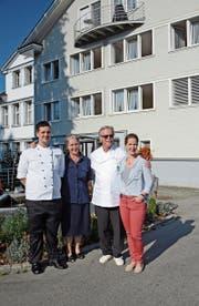 Julia und Hans Jakob Lanker (Mitte) übergeben die Leitung des Familienbetriebs ihrer Tochter Claudia Heldner-Lanker. Sohn Marcel Lanker übernimmt die Küche. (Bild: Karin Erni)