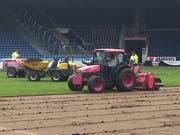 Seit Montag wird der sieben Jahre alte FCL-Rasen in der Swisspor-Arena abgetragen. (Bild: Daniel Wyrsch (Luzern, 1. Oktober 2018))