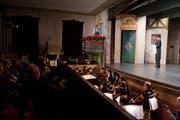 Eine Theatervorstellung im Hotel Port. Der Saal hätte ursprünglich saniert werden sollen. Bild: Dominik Wunderli (Entlebuch, 2.November 2011)