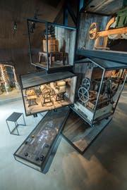 Auf Plattformen zentral im Raum: Obstmühlen, Pressen, Pumpen und Filter.
