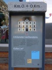 Eine Tafel beim Liechtenstein-Center erinnert an das Flächenmass Klafter. (Bild: Günther Meier)