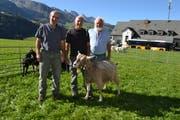 Experte Bruno Hagmann, Züchter Paul Götte und Sepp Lenz, Präsident Ziegenzucht-Genossenschaft, mit der Siegerin Geissen ältere, Elia. (Bild: Adi Lippuner)