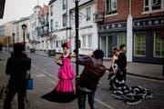 Chinesische Paare posieren vor der Kulisse einer nachgebauten britischen Stadt. (Bild: Daniel Berehulak/Getty)