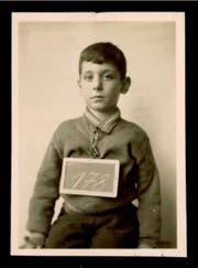 Im Hadwig-Schulhaus wurde der Sechsjährige mit dem Schild fotografiert. (Bild: Schweizerisches Bundesarchiv Bern, Dossier E4264#1985/196#50051*)