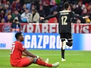 David Alaba am Boden: Der Bayern-Verteidiger verletzt sich am Oberschenkel (Bild: Keystone/AP/KERSTIN JOENSSON)