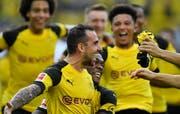 Einwechselspieler Paco Alcacer (vorne) trifft für Dortmund drei Mal gegen Augsburg. Bild: Martin Meissner/Keystone (Dortmund, 6. Oktober 2018)