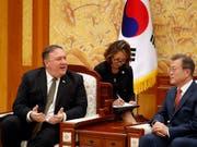 Nach einem kurzen Abstecher nach Nordkorea: US-Aussenminister Mike Pompeo spricht am Sonntag mit dem südkoreanischen Präsidenten Moon Jae In. (Bild: KEYSTONE/AP Pool Reuters/KIM HONG-JI)
