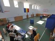 Leere Abstimmungslokale. Nur ein Fünftel der Rumänen stimmte über eine Verschärfung des Verbots der Homo-Ehe ab. Nötig gewesen wäre ein Drittel der Wahlberechtigten. (Bild: KEYSTONE/EPA/ROBERT GHEMENT)